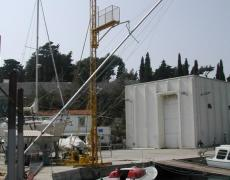 Ramina mast is being lifted on S/Y Južni vjetar